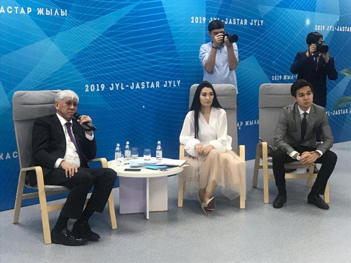 Сегодня аким области Амандык Баталов провёл встречу с активной молодежью региона