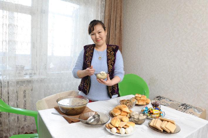Көже готовит кореянка