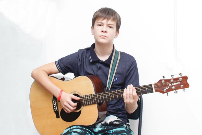 Юный виртуоз гитары